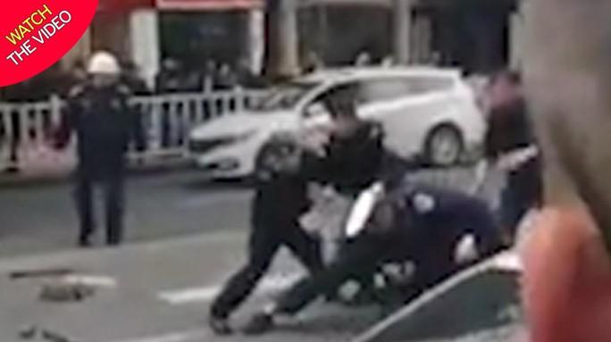 Trung Quốc: Cướp xe buýt tông người đi đường, 26 người thương vong - Ảnh 1.