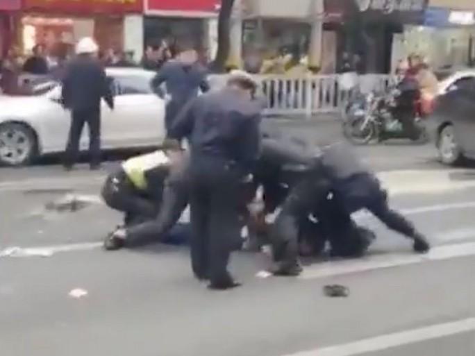Trung Quốc: Cướp xe buýt tông người đi đường, 26 người thương vong - Ảnh 2.