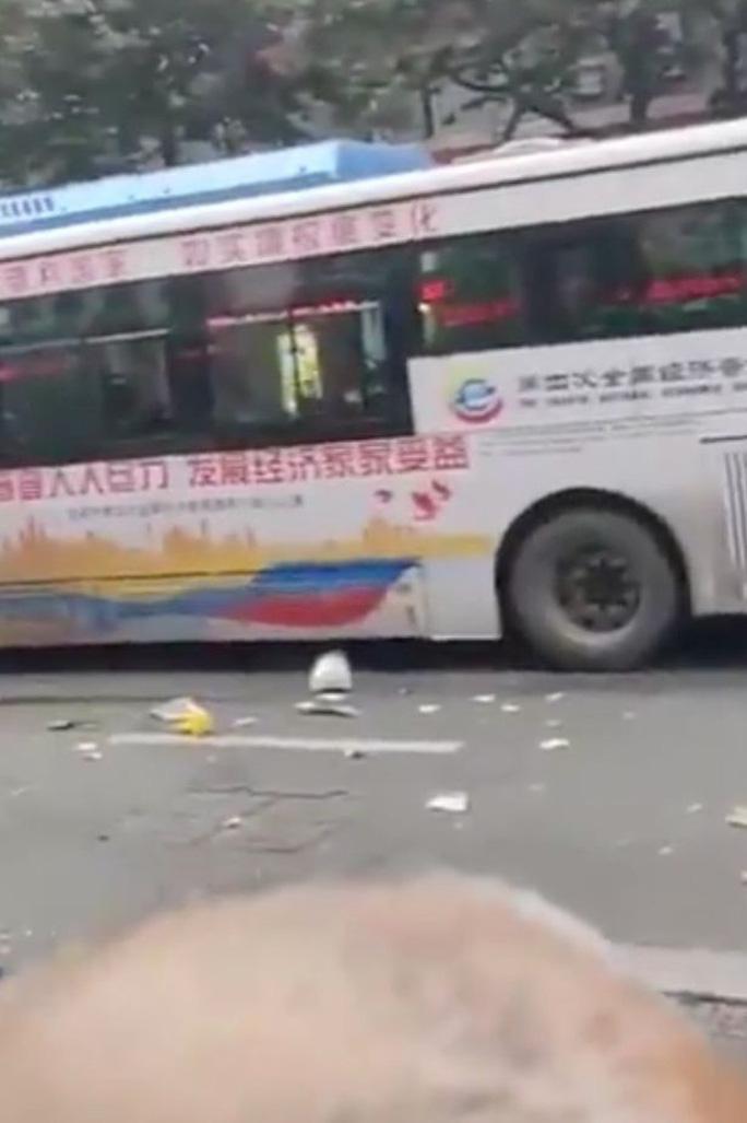 Trung Quốc: Cướp xe buýt tông người đi đường, 26 người thương vong - Ảnh 3.