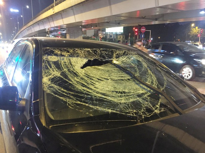 Xế hộp hạ gục 2 xe máy và 1 taxi, 2 phụ nữ mang bầu bị thương - Ảnh 2.