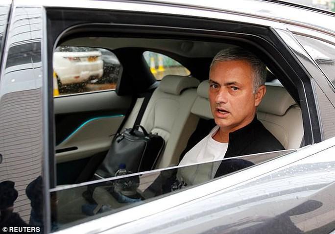 Mourinho: Học trò đòi sa thải, báo chí tố lăng nhăng bồ trẻ - Ảnh 2.