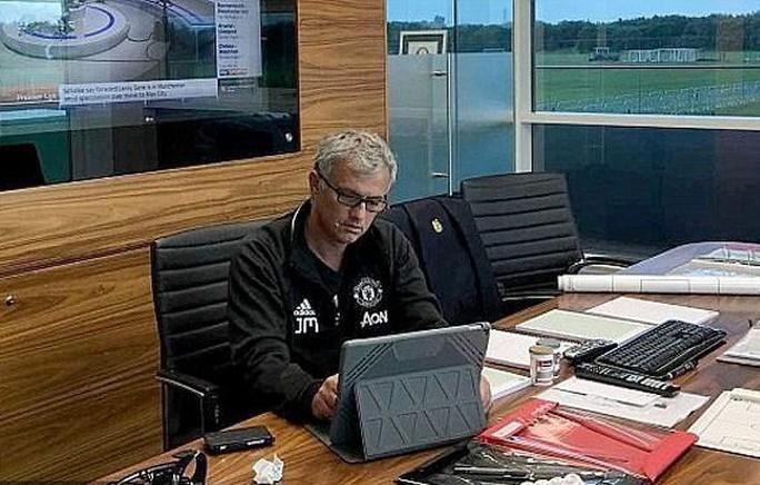Mourinho: Học trò đòi sa thải, báo chí tố lăng nhăng bồ trẻ - Ảnh 1.