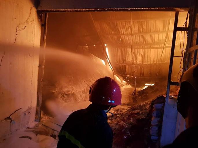 Clip: Cháy kinh hoàng tại khu công nghiệp ở Cần Thơ - Ảnh 9.