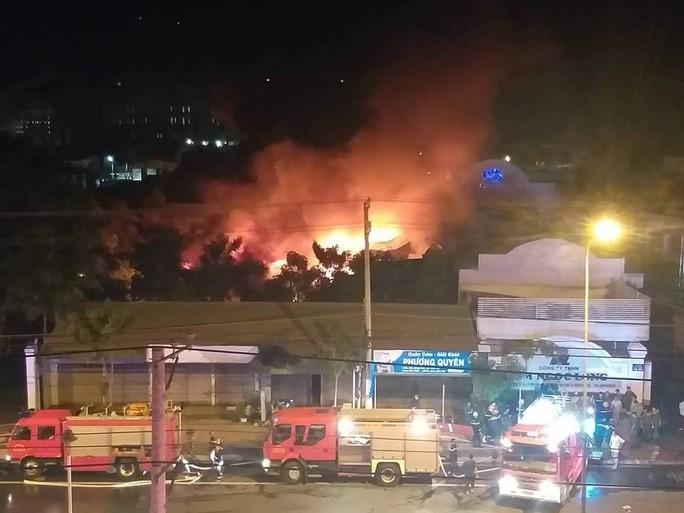 Clip: Cháy kinh hoàng tại khu công nghiệp ở Cần Thơ - Ảnh 3.