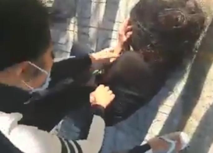 Xôn xao clip 2 thiếu nữ 15 tuổi bị đánh đập dã man - Ảnh 3.