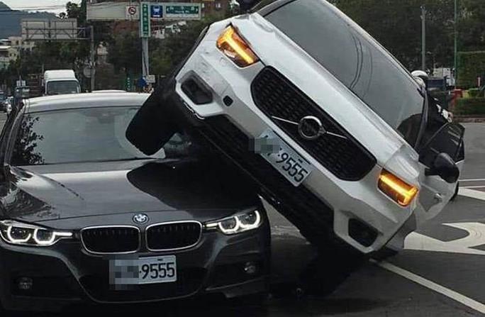 Lái xe tông thẳng vào xe chồng vì ghen - Ảnh 2.