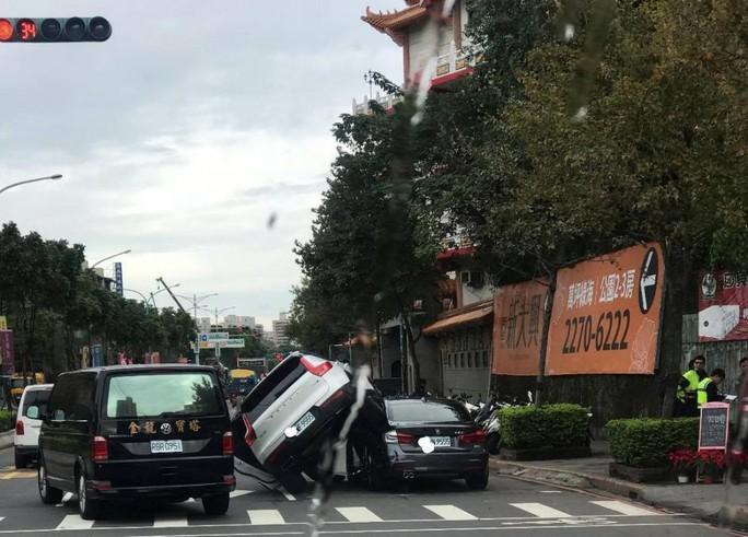 Lái xe tông thẳng vào xe chồng vì ghen - Ảnh 1.