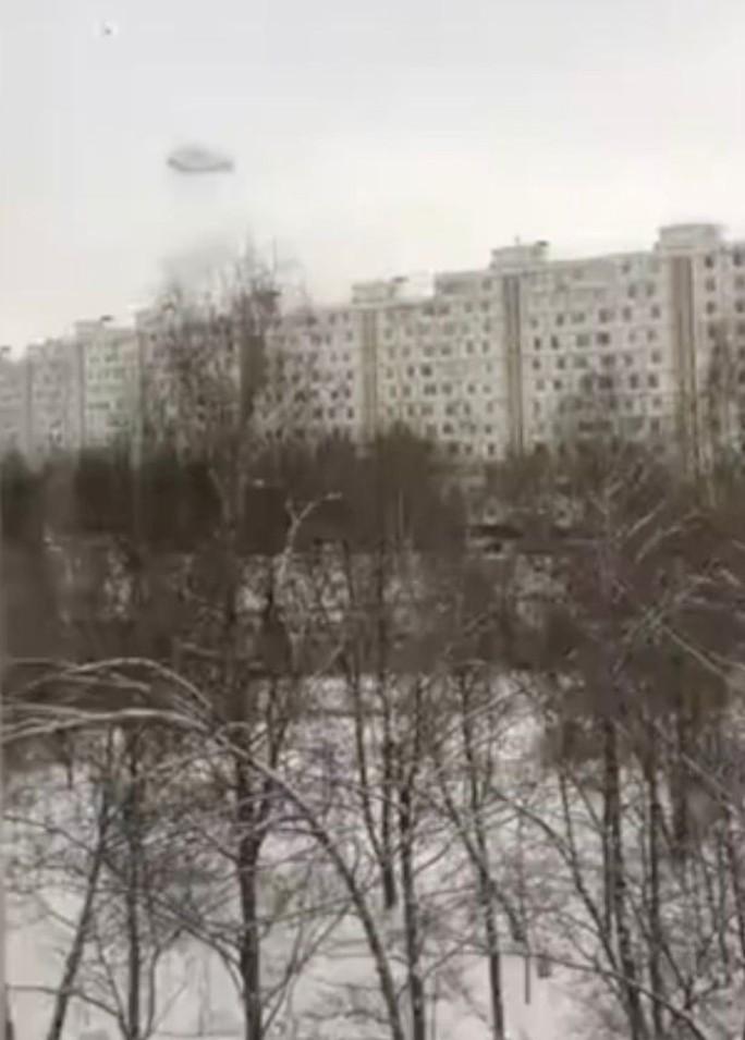"""""""Chiếc nhẫn đen"""" kỳ lạ trên bầu trời Nga - Ảnh 1."""
