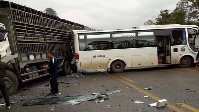 Xe khách tông nhau với xe tải, ít nhất 5 người bị thương - Ảnh 2.