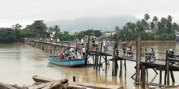Sập cầu ở Nha Trang, 4 người cùng xe máy rơi xuống sông - Ảnh 3.