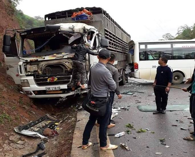 Xe khách tông nhau với xe tải, ít nhất 5 người bị thương - Ảnh 1.