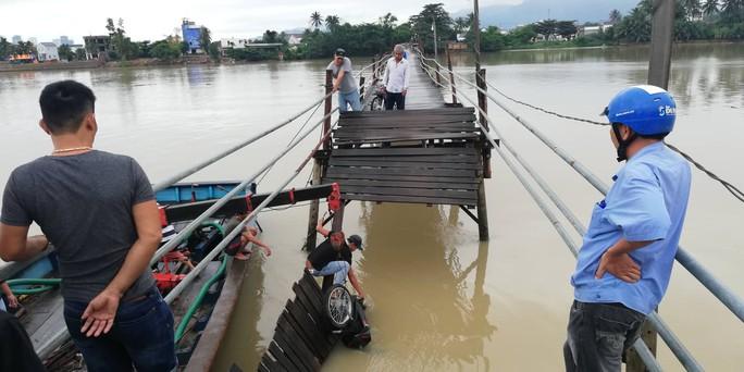 Sập cầu ở Nha Trang, 4 người cùng xe máy rơi xuống sông - Ảnh 1.