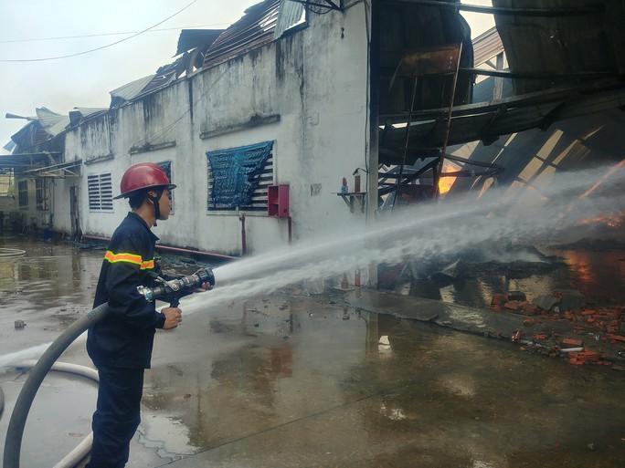 Người phụ nữ khóc ngất trước cảnh công ty bốc cháy - Ảnh 1.