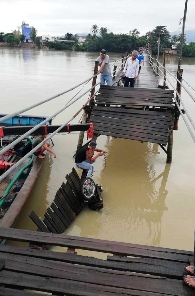Sập cầu ở Nha Trang, 4 người cùng xe máy rơi xuống sông - Ảnh 2.
