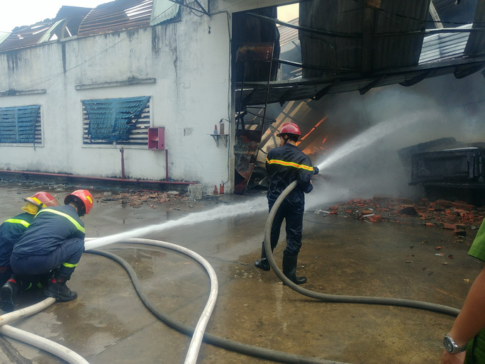 Người phụ nữ khóc ngất trước cảnh công ty bốc cháy - Ảnh 5.