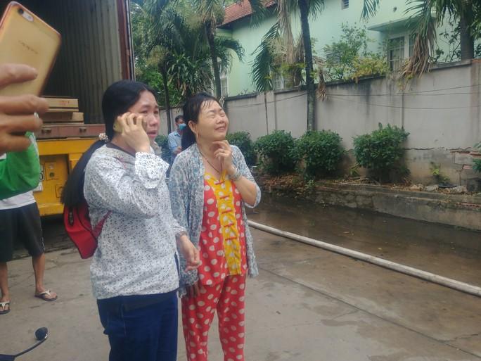 Người phụ nữ khóc ngất trước cảnh công ty bốc cháy - Ảnh 2.