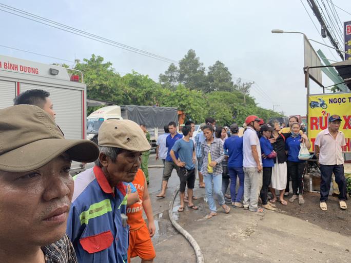 Người phụ nữ khóc ngất trước cảnh công ty bốc cháy - Ảnh 6.