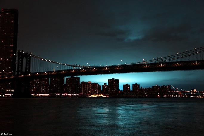 Hoảng loạn ở New York khi trời đêm rực sáng màu xanh - Ảnh 1.