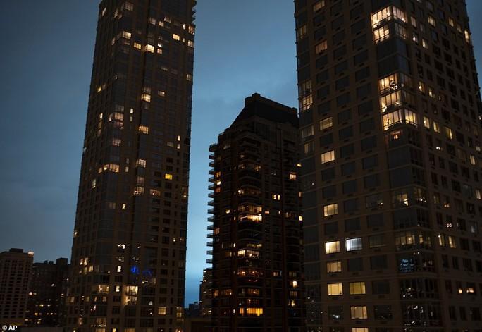Hoảng loạn ở New York khi trời đêm rực sáng màu xanh - Ảnh 3.