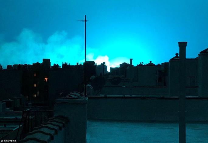 Hoảng loạn ở New York khi trời đêm rực sáng màu xanh - Ảnh 4.