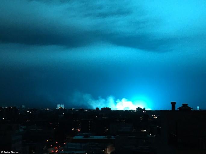Hoảng loạn ở New York khi trời đêm rực sáng màu xanh - Ảnh 5.
