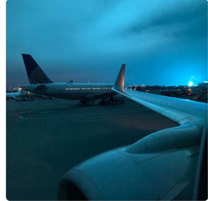 Hoảng loạn ở New York khi trời đêm rực sáng màu xanh - Ảnh 6.