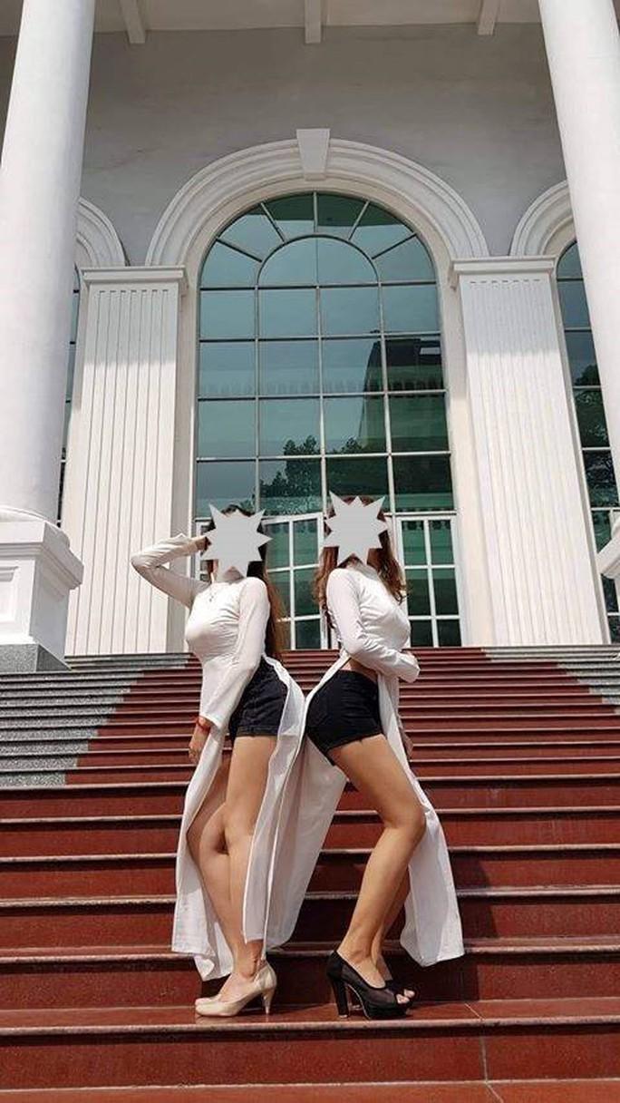 Mặc áo dài, quần đùi tạo dáng... chụp ảnh giữa Trường ĐH Sư phạm TP HCM! - Ảnh 1.