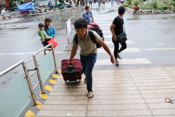 Đông nghẹt người đi nghỉ Tết Dương lịch, nhiều tuyến đường TP HCM kẹt cứng - Ảnh 7.