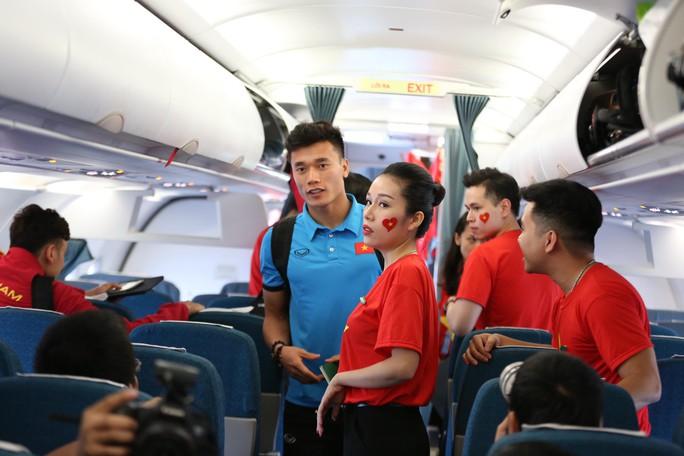Tuyển Việt Nam bay về Hà Nội, chuẩn bị lấy vé vào chung kết - Ảnh 2.