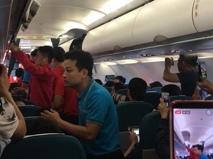 Tuyển Việt Nam bay về Hà Nội, chuẩn bị lấy vé vào chung kết - Ảnh 3.