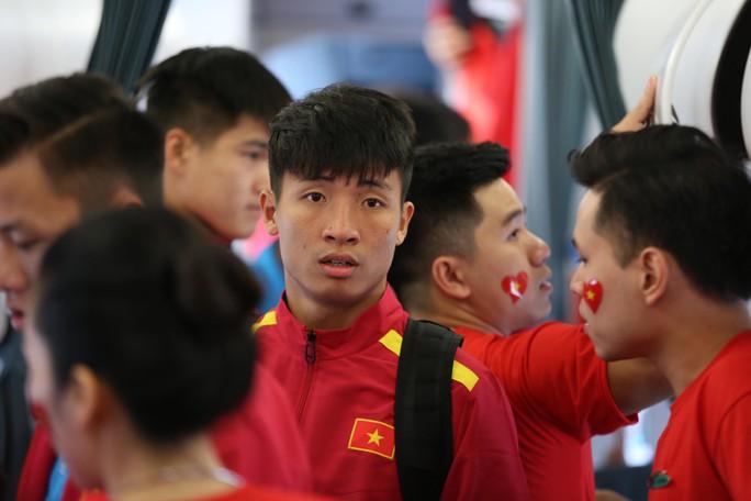 Tuyển Việt Nam bay về Hà Nội, chuẩn bị lấy vé vào chung kết - Ảnh 4.