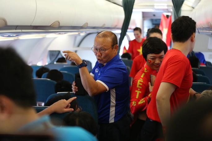 Tuyển Việt Nam bay về Hà Nội, chuẩn bị lấy vé vào chung kết - Ảnh 5.