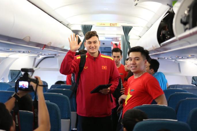 Tuyển Việt Nam bay về Hà Nội, chuẩn bị lấy vé vào chung kết - Ảnh 6.