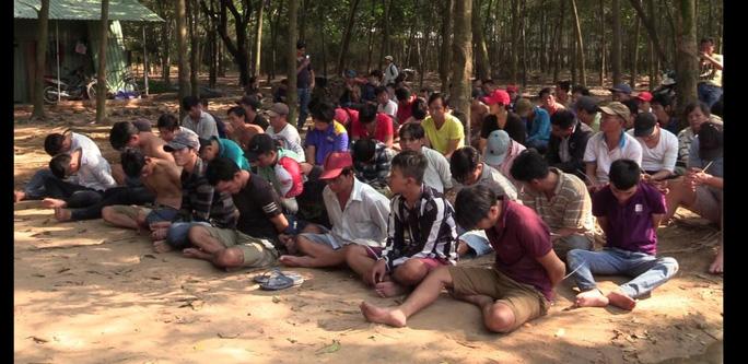 75 con bạc đang khát nước thì bị cảnh sát bắt gọn - Ảnh 2.