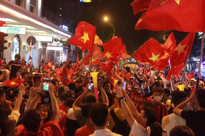 Báo nước ngoài choáng ngợp bởi màn ăn mừng của CĐV Việt Nam - Ảnh 2.