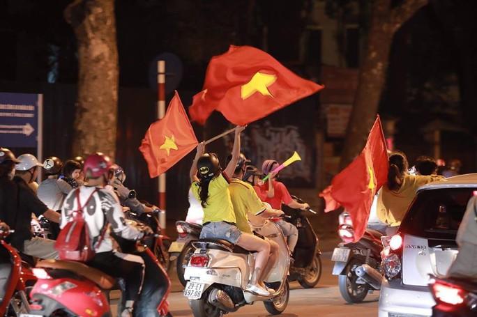 Báo nước ngoài choáng ngợp bởi màn ăn mừng của CĐV Việt Nam - Ảnh 1.