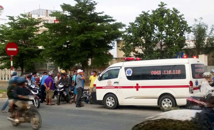 Xe cấp cứu tông 2 cán bộ thanh tra giao thông bị thương - Ảnh 1.