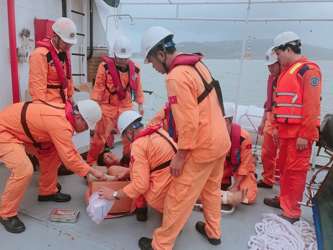 Cận cảnh cứu nạn 4 thuyền viên Philippines bị thương trên biển - Ảnh 4.