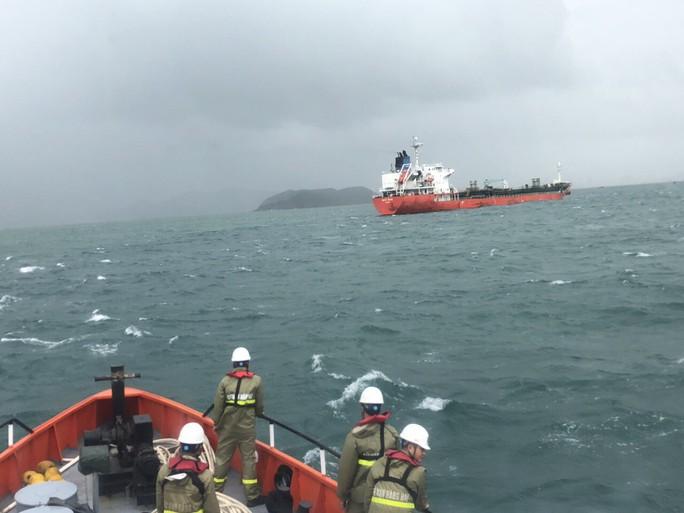 Cận cảnh cứu nạn 4 thuyền viên Philippines bị thương trên biển - Ảnh 1.