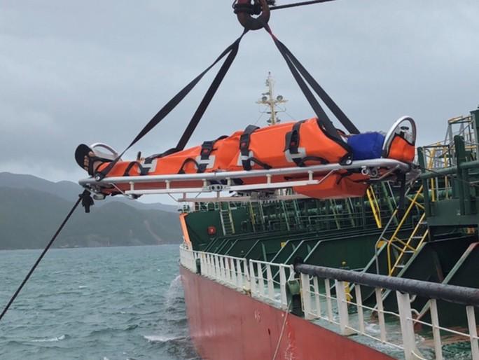 Cận cảnh cứu nạn 4 thuyền viên Philippines bị thương trên biển - Ảnh 3.