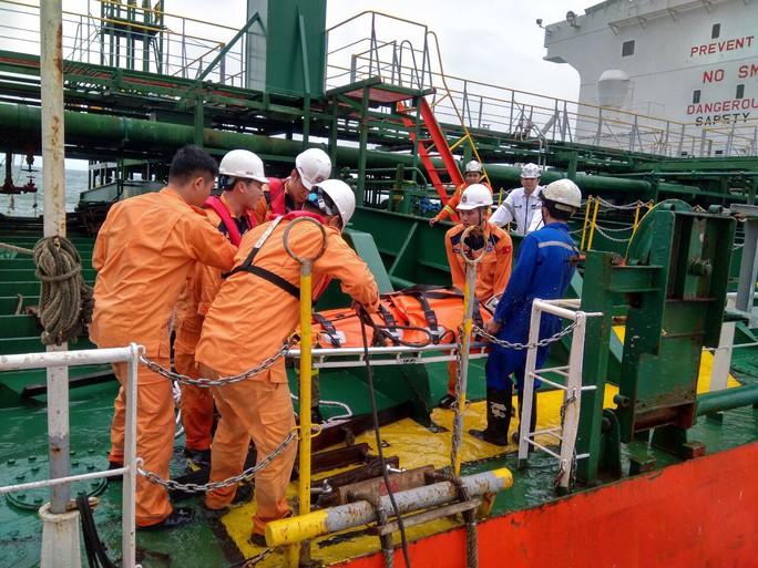 Cận cảnh cứu nạn 4 thuyền viên Philippines bị thương trên biển - Ảnh 2.