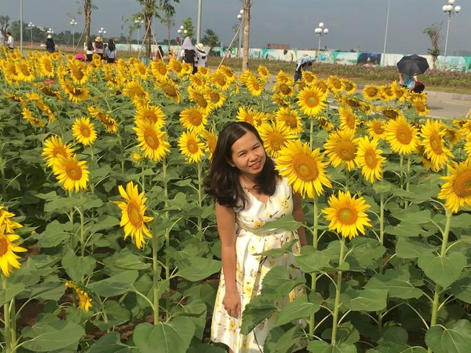 [VIDEO] - Nườm nượp đi xem cánh đồng hoa hướng dương ven sông Sài Gòn - Ảnh 8.