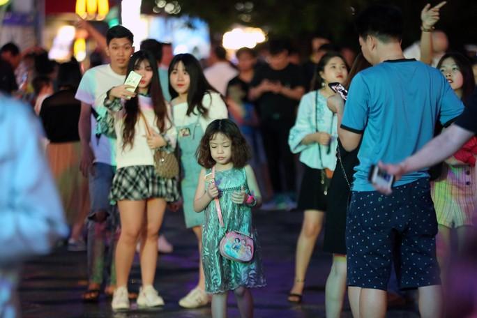 Clip: Biển người đổ về phố đi bộ Nguyễn Huệ đón năm mới - Ảnh 12.