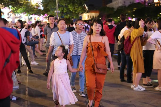 Clip: Biển người đổ về phố đi bộ Nguyễn Huệ đón năm mới - Ảnh 11.