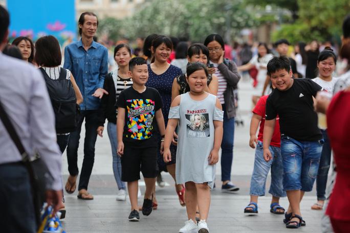 Clip: Biển người đổ về phố đi bộ Nguyễn Huệ đón năm mới - Ảnh 3.