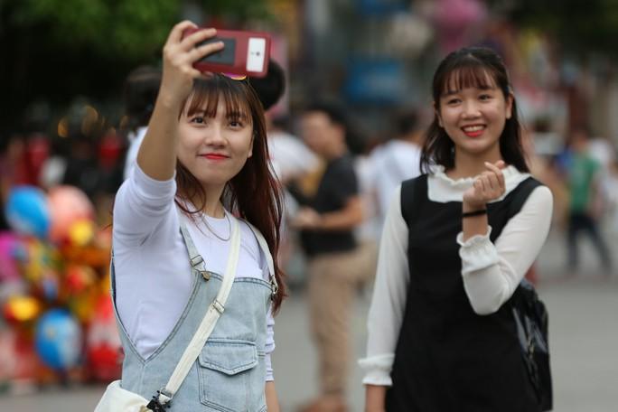 Clip: Biển người đổ về phố đi bộ Nguyễn Huệ đón năm mới - Ảnh 5.