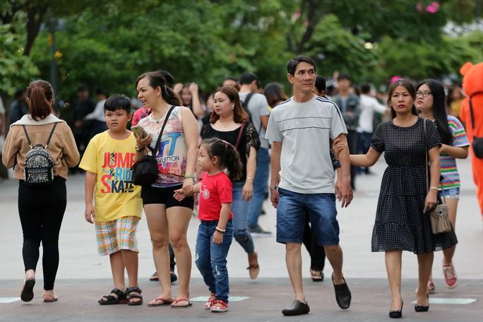 Clip: Biển người đổ về phố đi bộ Nguyễn Huệ đón năm mới - Ảnh 6.