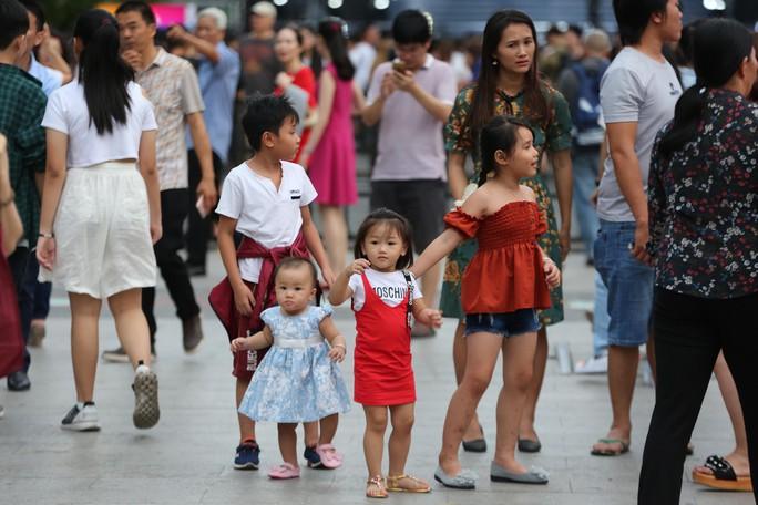 Clip: Biển người đổ về phố đi bộ Nguyễn Huệ đón năm mới - Ảnh 1.