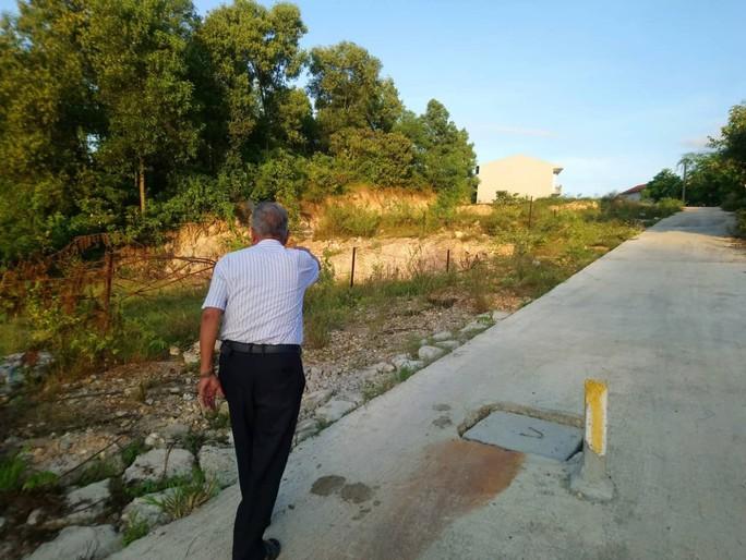 Chủ tịch phường bị cách chức vì sai phạm đất đai - Ảnh 1.