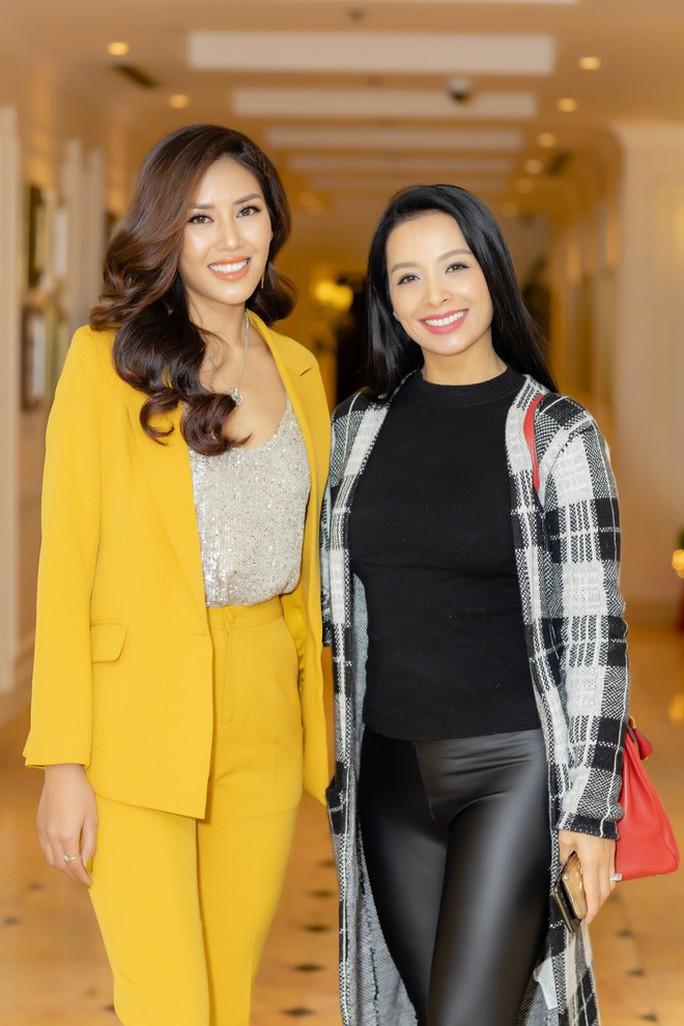 Hoa hậu Đỗ Mỹ Linh đọ sắc cùng Á hậu Nguyễn Thị Loan ngày cuối năm - Ảnh 6.